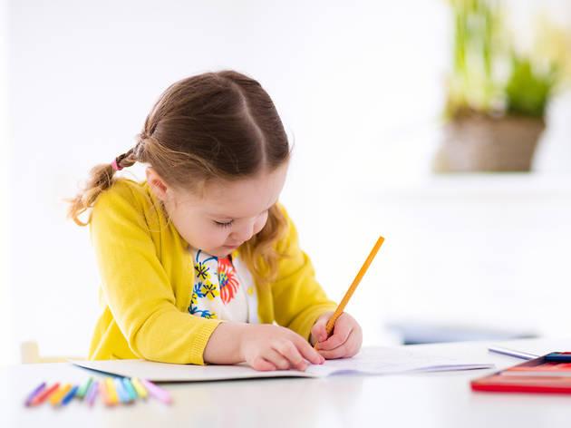 Nena dibuixant