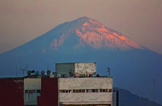 Paisaje de la Ciudad de México con el volcán Popocatepetl de fondo