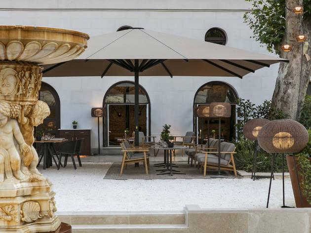 Terraza exterior del restaurante Dos cielos Madrid