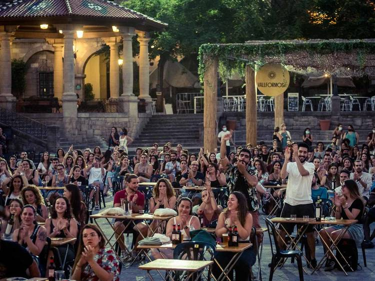El verano en el Poble Espanyol: ¡humor, conciertos y una exposición inmersiva!