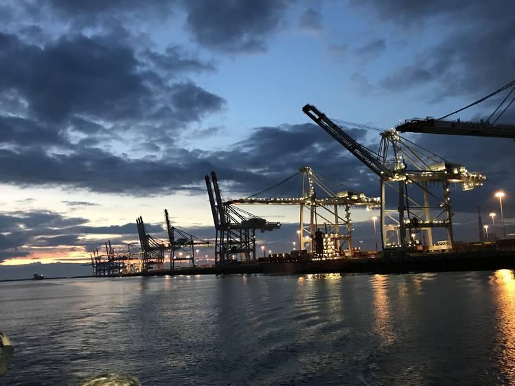 Prendre le bateau pour découvrir le gigantesque port du Havre