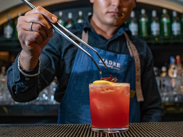 bartender sirviendo trago