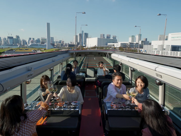 Go sightseeing around Tokyo on an open-roof double-decker bus with meals included