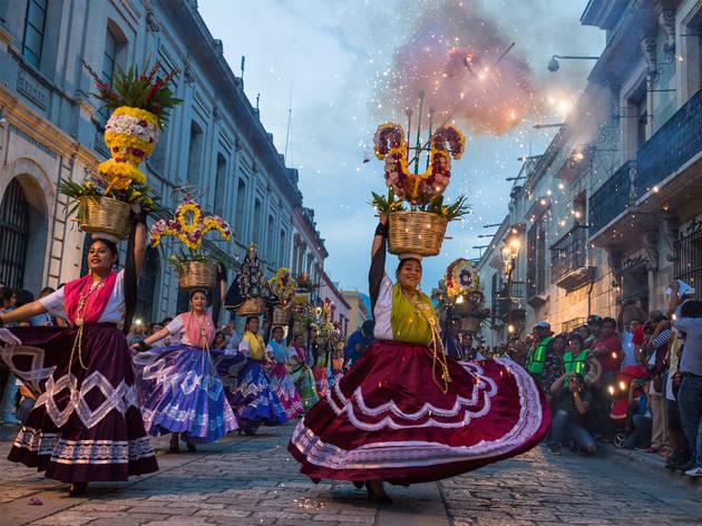 Calles de Oaxaca con bailarinas portando vestidos típicos