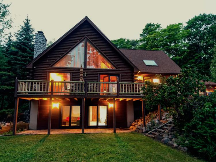 Suttons Bay, MI: The fancy log cabin