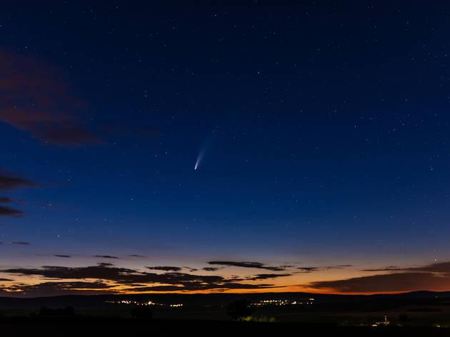 Postal del horizonte con el cometa neowise