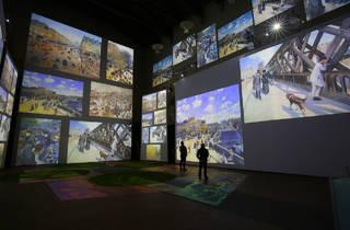 Sala de museo con pantallas que proyectan pinturas de Monet