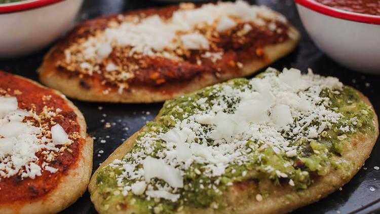 tlacoyos recién hechos de salsa verde