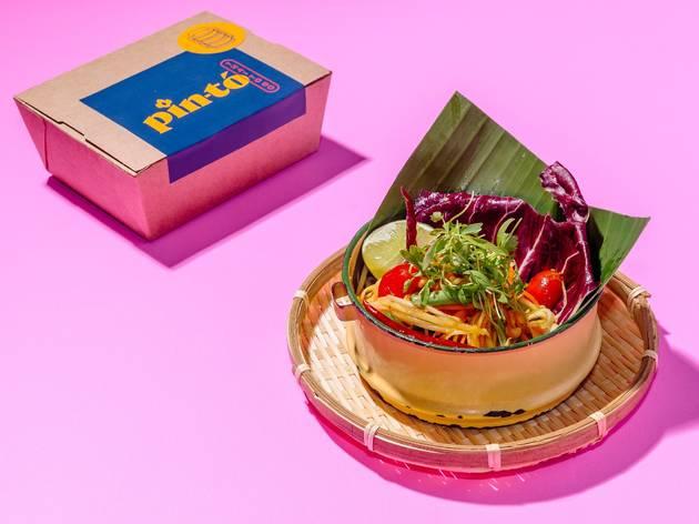 comida tailandesa servida