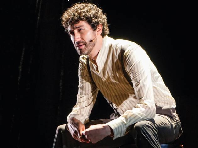 Retrato del actor Benny Ibarra en escena de la obra Novecento