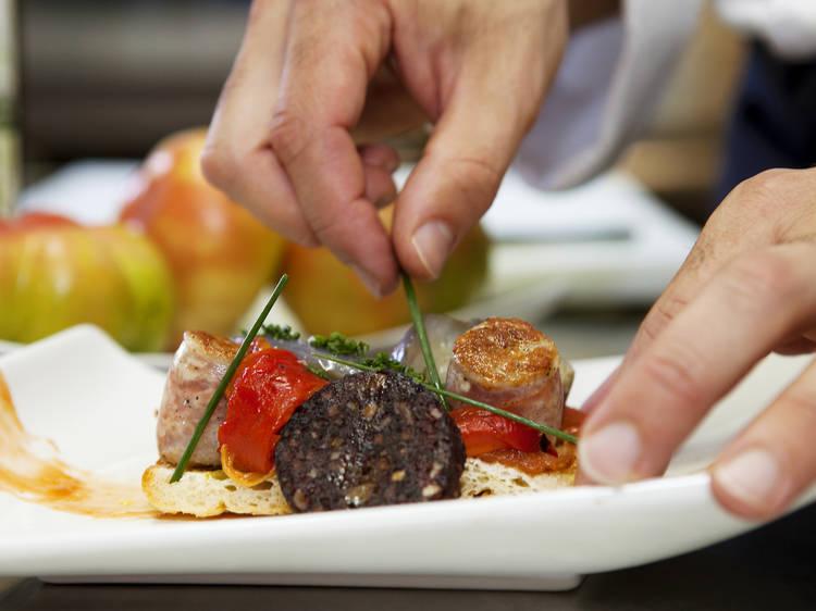 Probar su gastronomía y sus típicos dulces