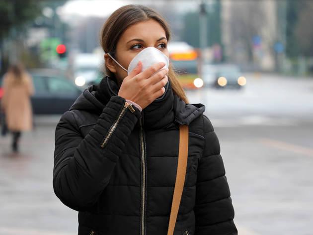 Una mujer con mascarilla en la calle