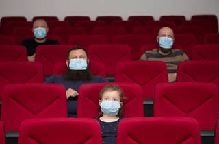 Persones amb mascareta al cinema