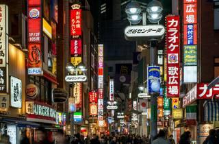 Nightime in Tokyo, street scene, Tokyo nightlife