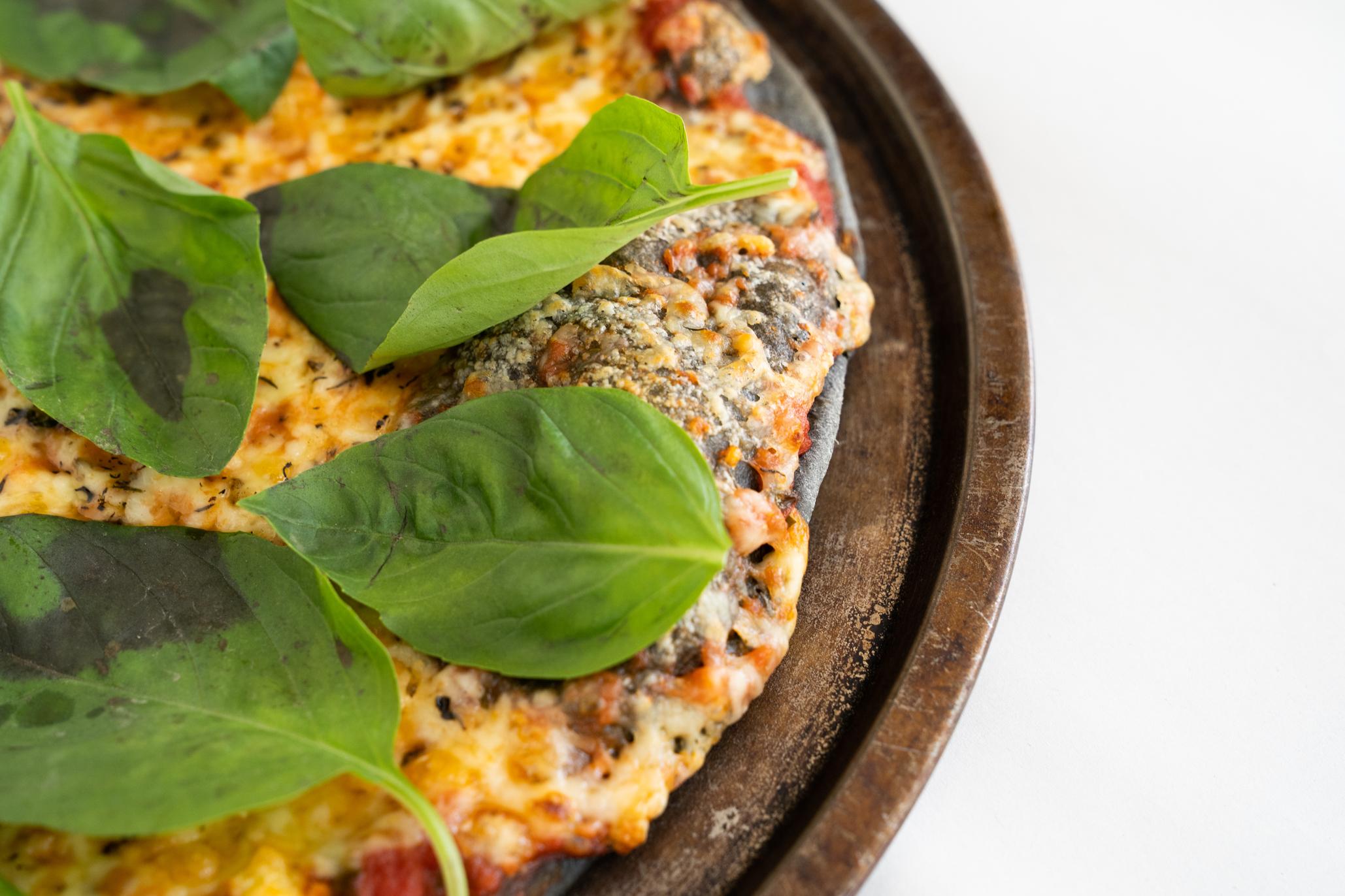 pizza de masa negra