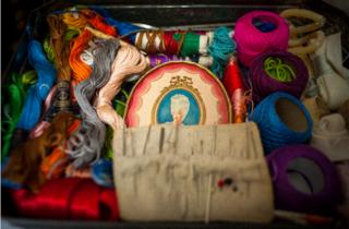 Imagen de una caja de hilos de colores y bordados