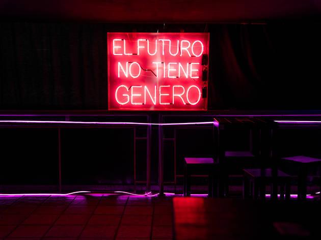 Letrero neon en el interior de Rico Restaurante