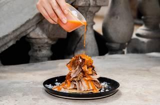 Montaña de carne al pastor servida en un plato