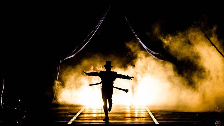 Sombra de presentador a contraluz en Circo atayde hermanos