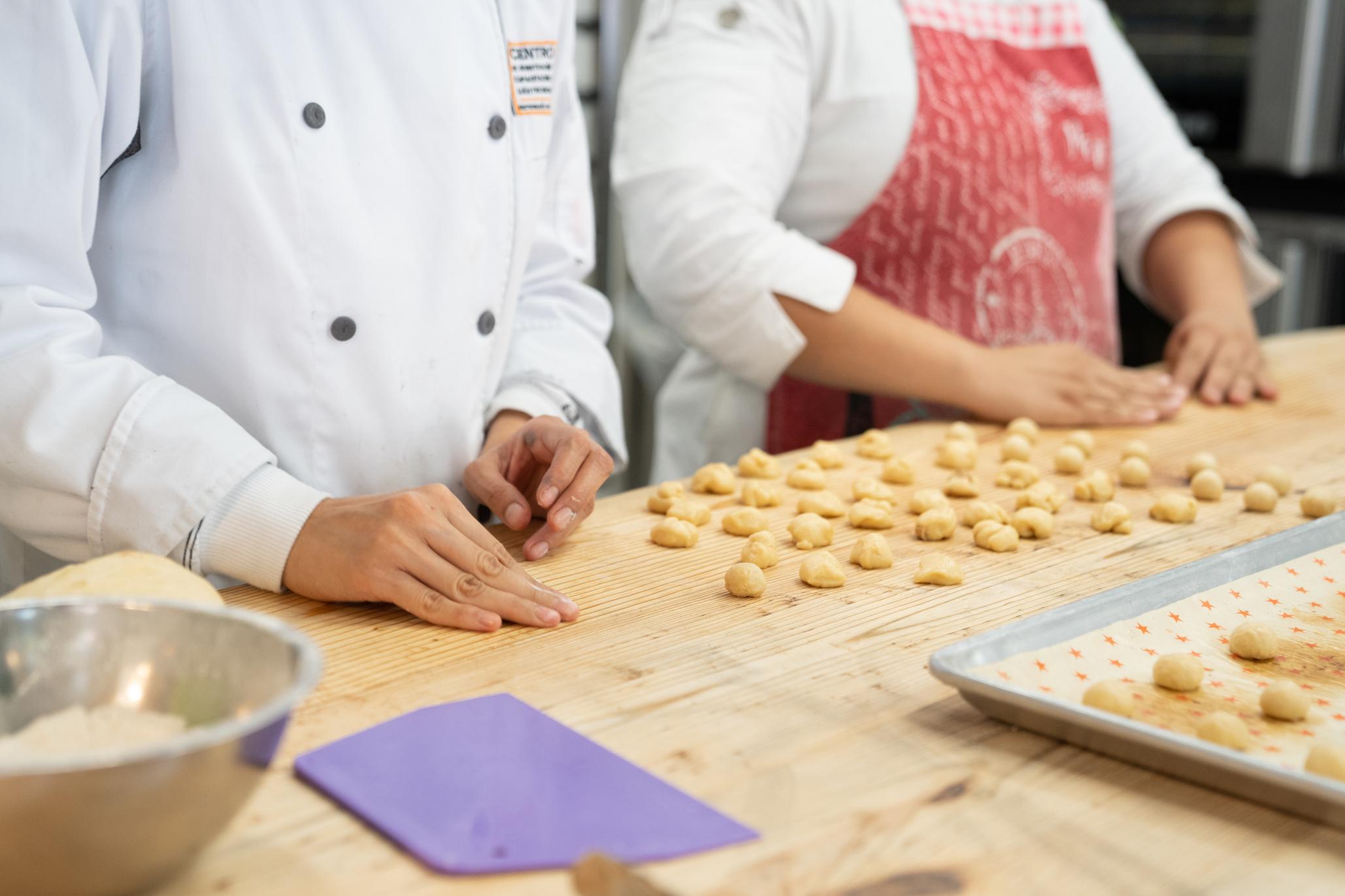 panaderos haciendo conchas