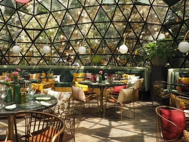 Encontramos una fascinante cúpula de cristal para comer rodeado de un jardín espectacular
