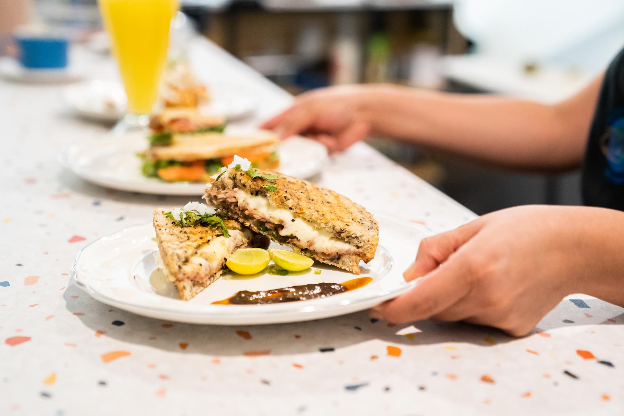 sándwiches servidos en eva sandwichería