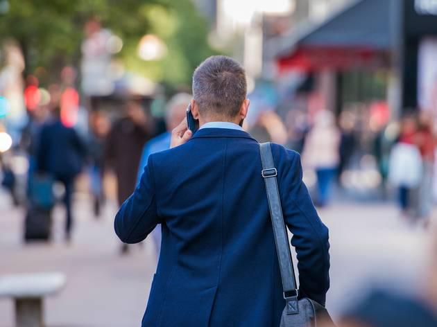 Hombre andando por la calle
