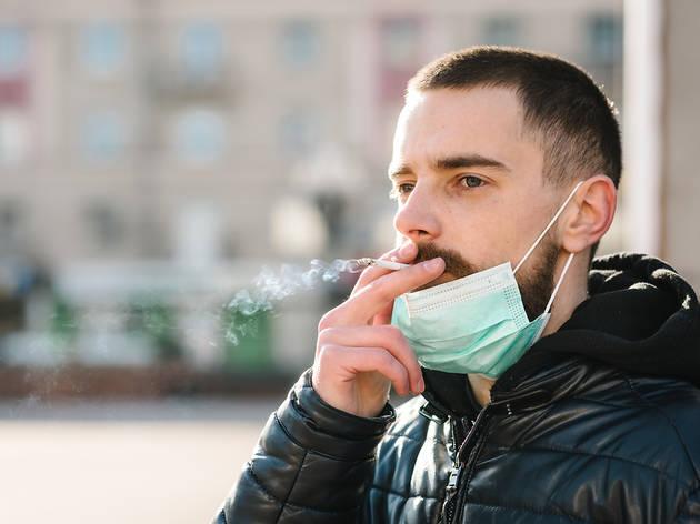 Catalunya podria prohibir fumar al carrer per evitar contagis