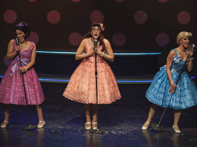 Tres actrices en el escenario con vestidos de los 50