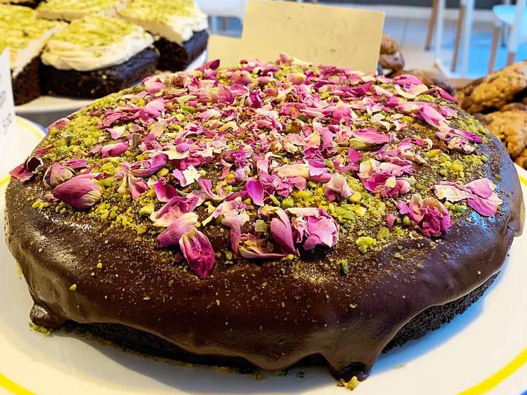 Cake Man Bakery: chocolate vegano y pétalos