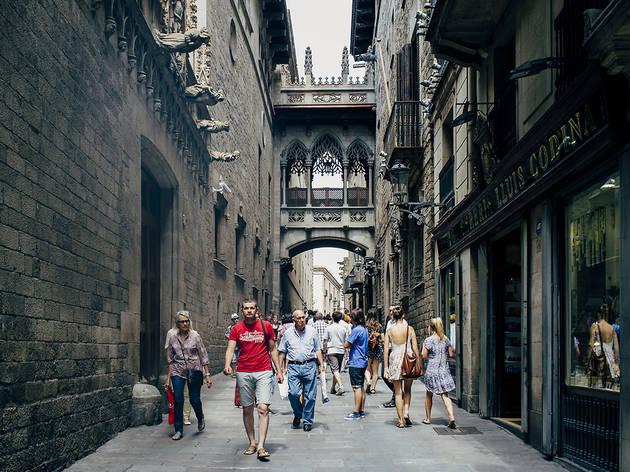 Gent passejant pel centre de Barcelona