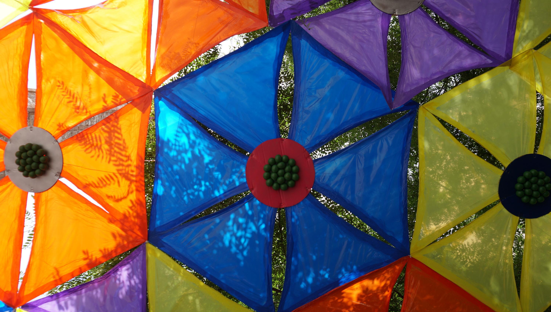 Detall de la decoració de la plaça de la Vila de Gràcia