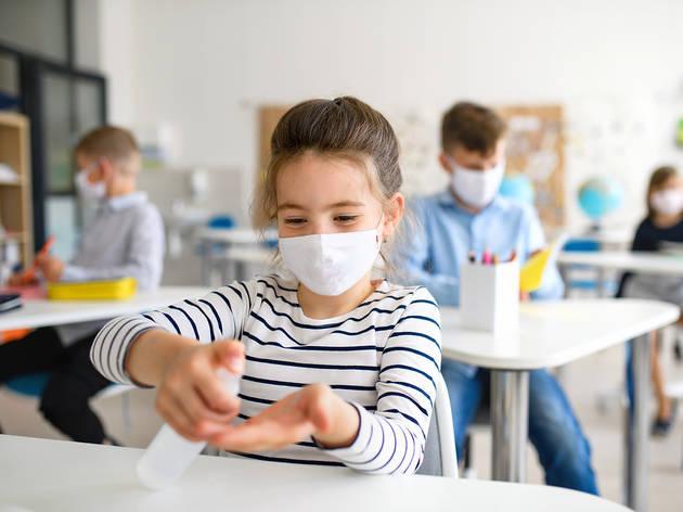 Nena a l'escola amb mascareta