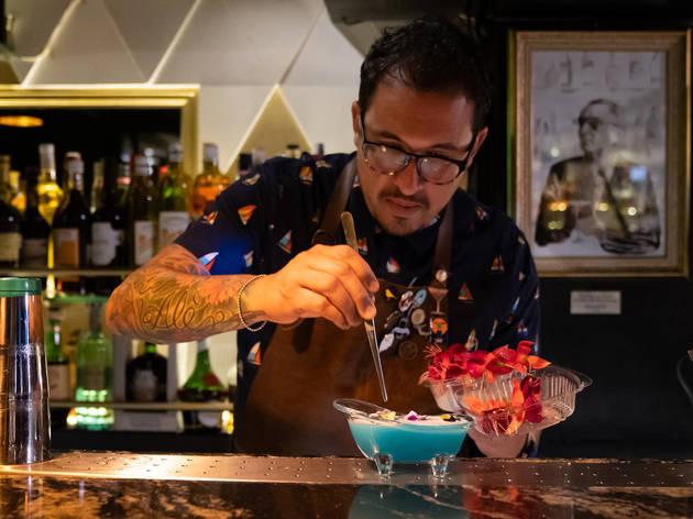 sandoval preparando cocteles