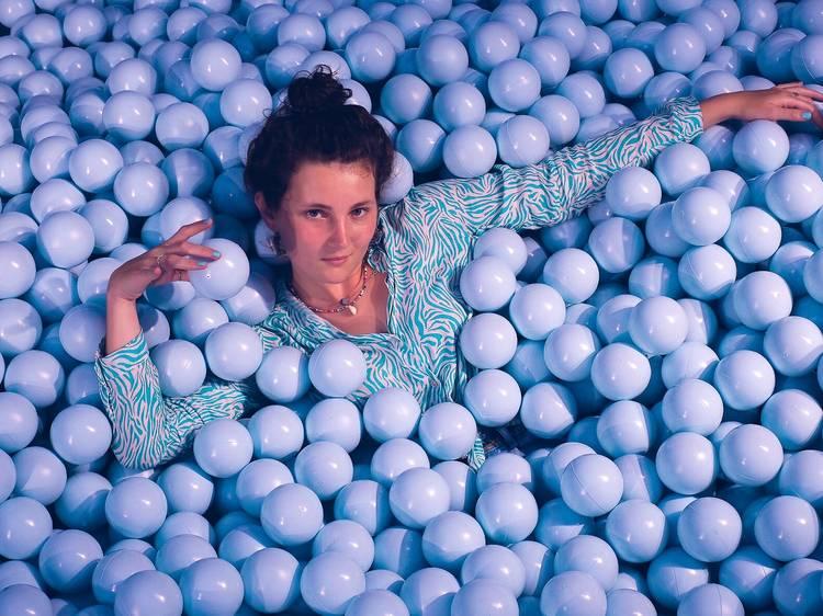 Sumérgete en una piscina de bolas azules en Ikono