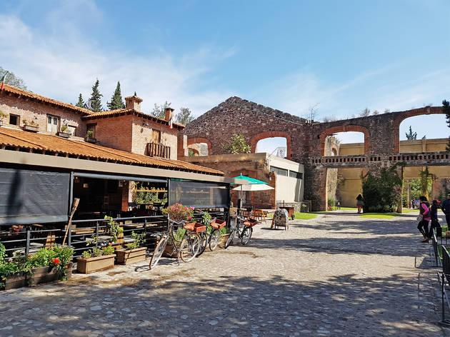 Calle empedrada con casas medievales de Valquirico