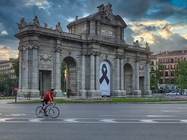Ciclista en la Puerta de Alcalá