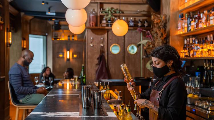 interior de brujas bar
