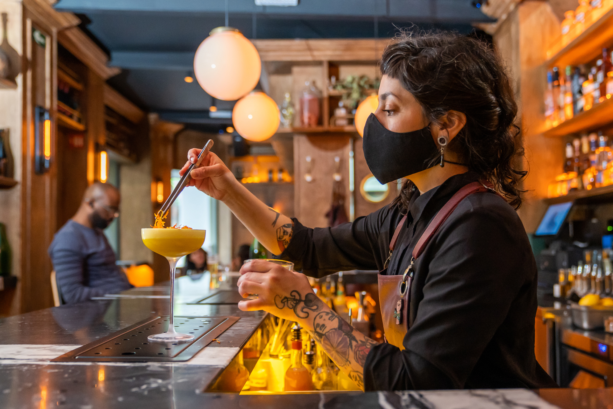 bartender sirviendo coctel