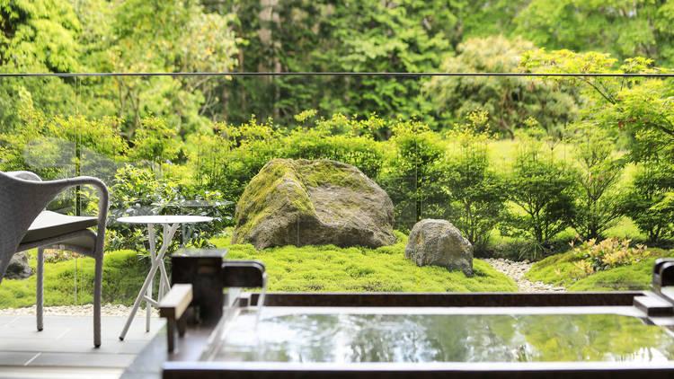 Hiramatsu Hotels & Resorts Hakone-Sengokuhara – balcony onsen bath