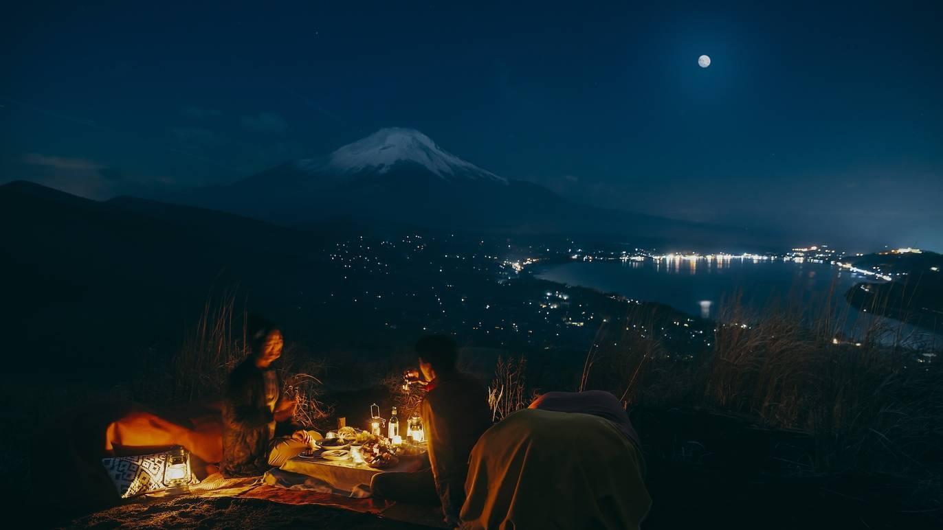富士山を眺めながら夜のピクニック、星のやのトレッキングツアー