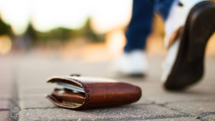 Objetos perdidos, cartera en la calle