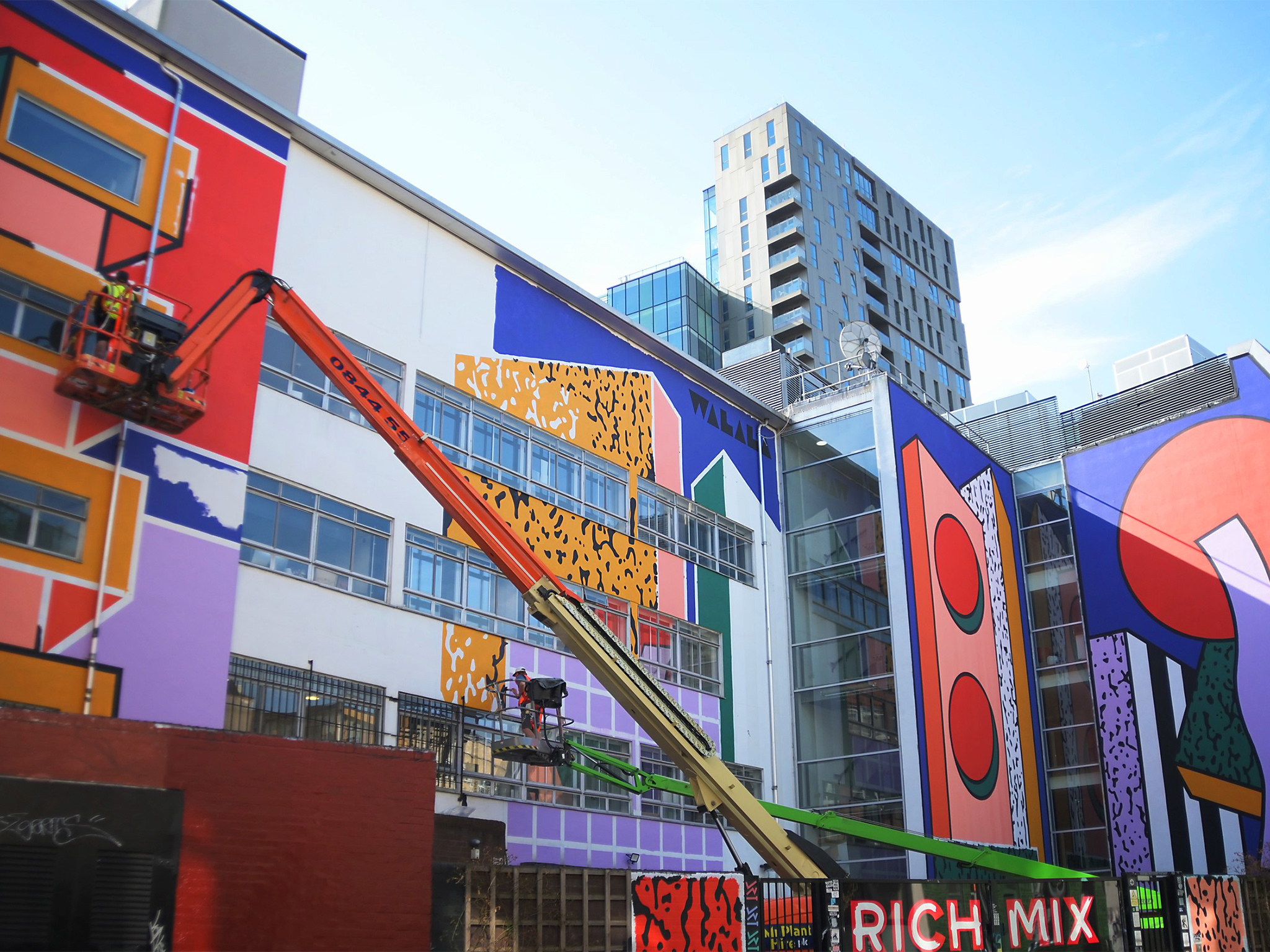 ロンドン各所の壁が人気アーティスト150組の作品で彩られる