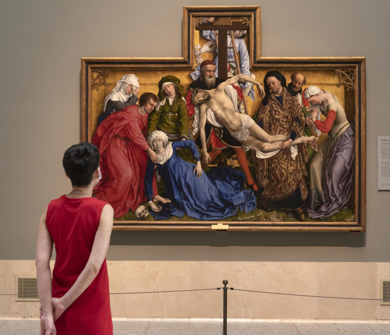 Mujer frente a un lienzo