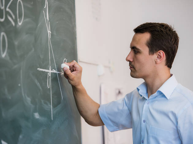 Profesor frente a un pizarra