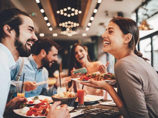 Gente comiendo y riendo