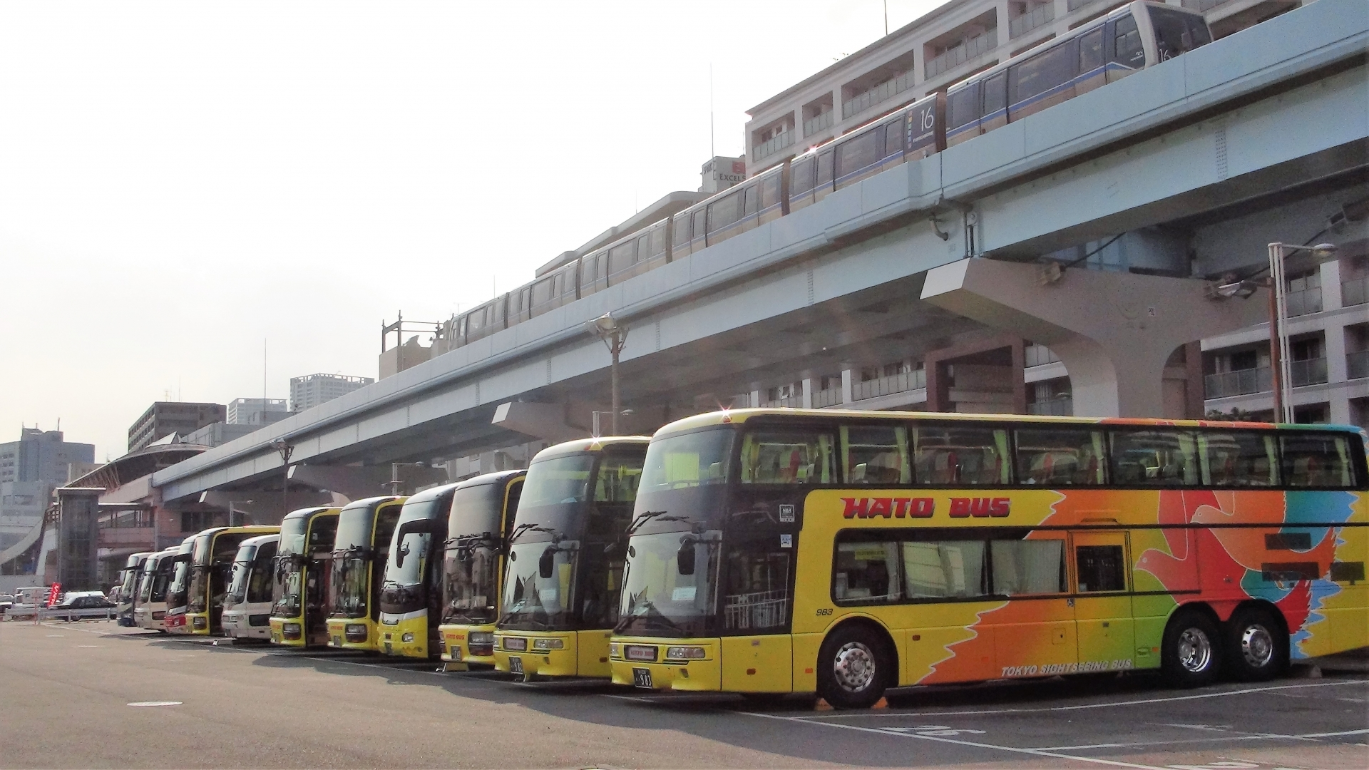 はとバスが稼働していないバス60台で作った巨大迷路