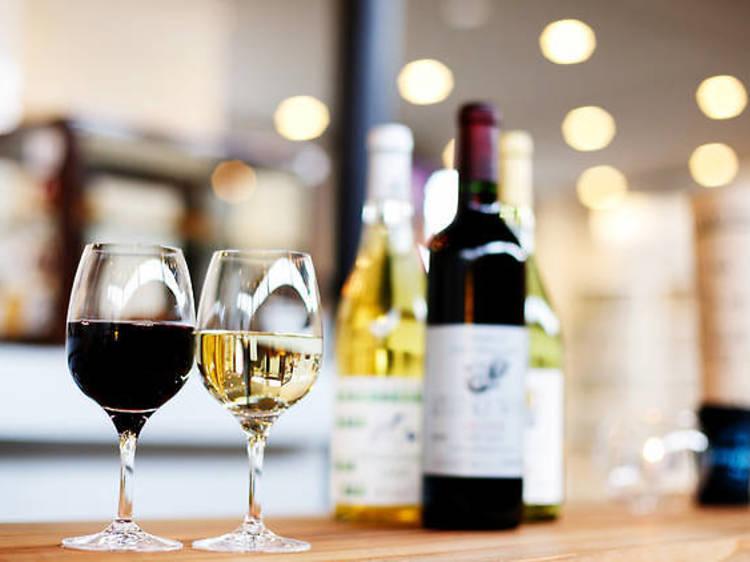 駅前で日本ワインを堪能する。