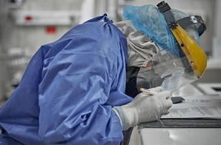 Médico con uniforme al interior de un hospital de la CDMX