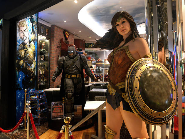 Tienda de superhéroes con la figura de Wonder Woman en primer plano